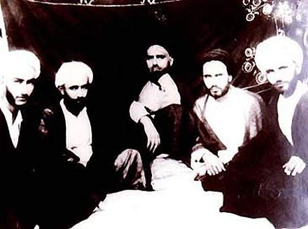 Khomeini as a student with his friends (second from right) khmyny w hmdrsn.JPG