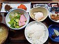 ミニ鮭 種類豊富 朝食 (33195350400).jpg