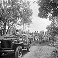 1e luitenant Dunki Jacobs spreekt met de lokale bevolking in Depok, Bestanddeelnr 255-6823.jpg