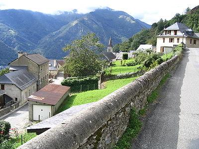 Le village d'Aas est situé sur un promontoire de la montagne verte