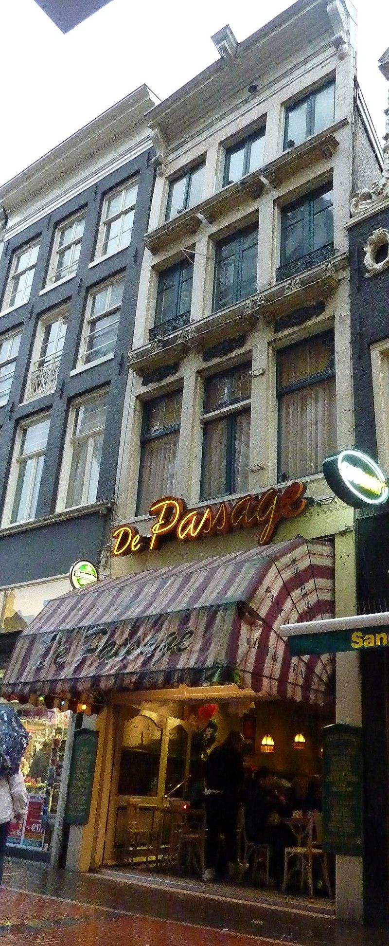 Tassen Nieuwendijk Amsterdam : Pand met gepleisterde gevel onder rechte lijst