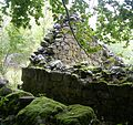 Ancienne grange dans les bois de Grandval à Brezons.JPG