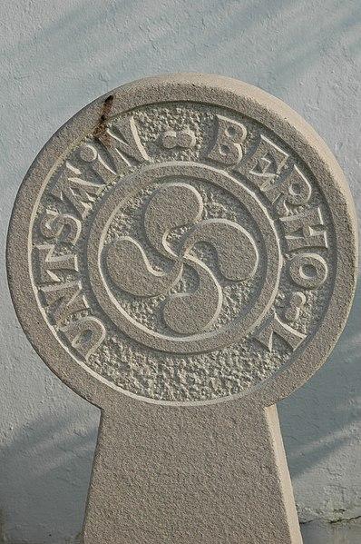 File:Ascain Stèle discoïdale.jpg