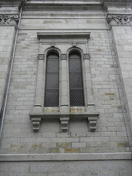 Fenêtres géminées de la façade septentrionale du massif occidental de la basilique Saint-Gervais d'Avranches (50).