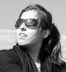 Indossare occhiali da sole sotto la luce solare diretta: grandi lenti offrono una buona protezione, ma sono necessari anche ampie stanghette contro la
