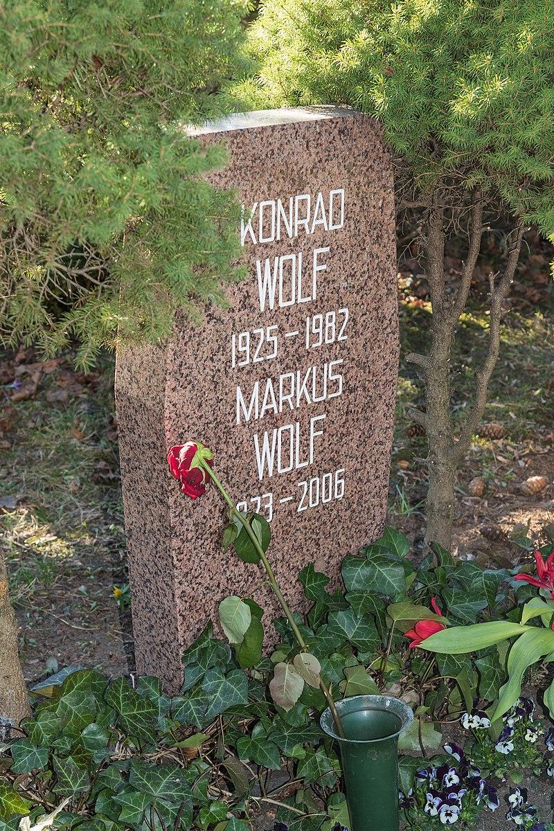 B-Friedrichsfelde Zentralfriedhof 03-2015 img33 Konrad Wolf.jpg