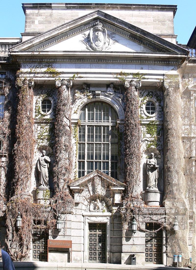 Berlin Stabi UdL Fassade im Innenhof.jpg