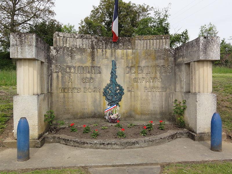 Bièvres (Aisne) Cérémonie commémorative 70e, 8 mai 2015. le monument aux morts fleuri