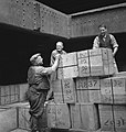 Bijschrift Dockworkers in the hold of a Dutch merchantman Havenarbeiders in, Bestanddeelnr 935-3003.jpg