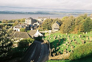 "A view over the town looking north towards the <a href=""http://search.lycos.com/web/?_z=0&q=%22Firth%20of%20Forth%22"">Firth of Forth</a>"