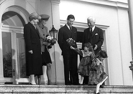 de094b7ca3d7e أمير و أميرة ويلز مع الرئيس الألمانى ريتشارد فون ويزساكر و زوجته ماريان في  بون في