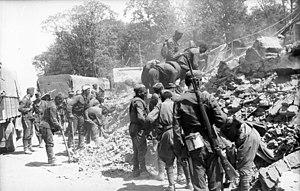 Arbeitseinsatz - Image: Bundesarchiv Bild 101I 137 1010 21A, Weißrussland, Minsk, Aufräumungsarbeiten