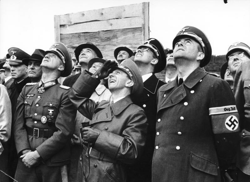 Bundesarchiv Bild 146-1992-093-13A, Offiziere und NS-Führer, u.a. Goebbels und Speer