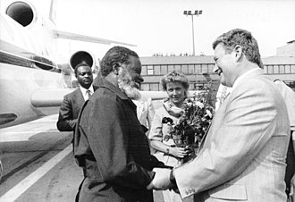 Sam Nujoma - Günter Sieber (right), member of the SED Central Committee and head of the International Relations Department, greets Sam Nujoma on arrival in Berlin, August 1989. Shikwetepo Haindongo, representative of SWAPO in the GDR, is at the rear left.