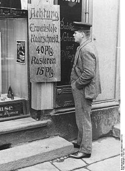 Bundesarchiv Bild 183-B0527-0001-772, Berlin, Friseur-Salon, Angebot für Arbeitslose