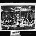 COLLECTIE TROPENMUSEUM Een dansvoorstelling een groep Sasakse dansers zit op de grond met op de voorgrond een danseres TMnr 60031759.jpg