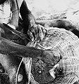 COLLECTIE TROPENMUSEUM Een mandenmaker aan het werk TMnr 20010625.jpg