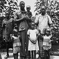 COLLECTIE TROPENMUSEUM Groepsportret van de Mossi familie van RDKA voorwerker Daniel te Kaya TMnr 20010067.jpg