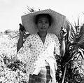 COLLECTIE TROPENMUSEUM Portret van een vrouw met een hoed gevlochten van bladeren van de lontarpalm TMnr 20000106.jpg