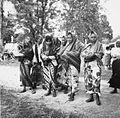 COLLECTIE TROPENMUSEUM Vrouwen in traditionele kledij wachten op de aankomst van de prauw van hun dorp bij een roeiwedstrijd TMnr 20000110.jpg