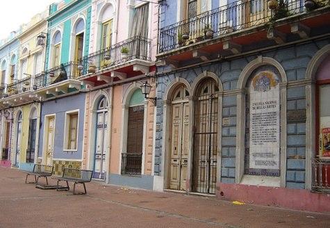 Calle colorida en Montevideo