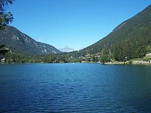 Blick auf den Lac de Champex mit dem Feriendorf Champex-Lac