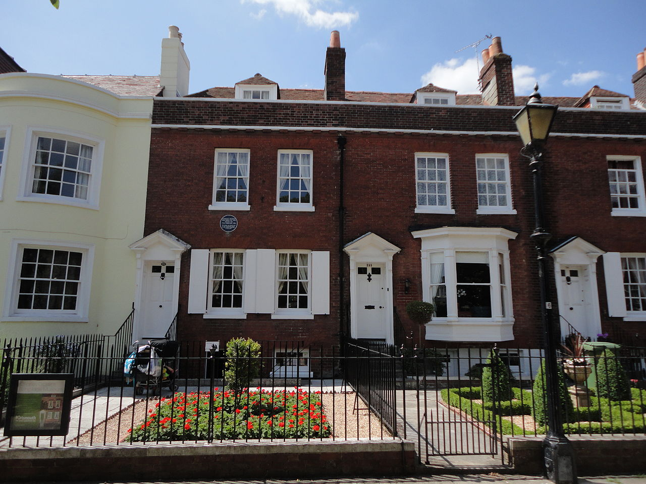 File charlesdickens house portsmouth jpg wikimedia commons for What does maison mean in english