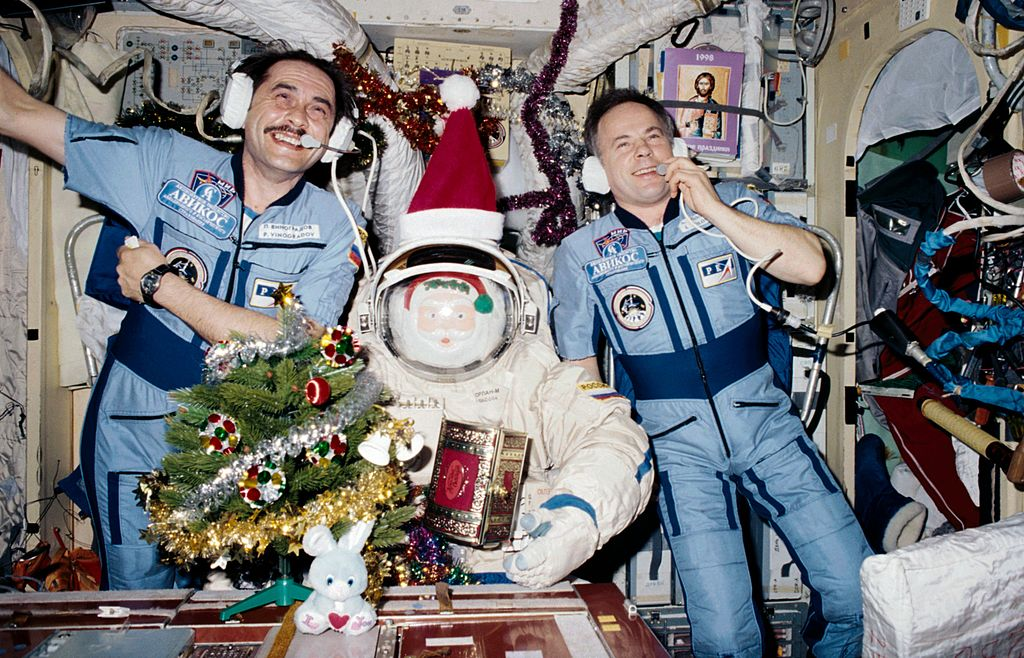 [Candidature] Photo du mois (Décembre 2013) 1024px-Christmas_1997_on_the_Mir_Space_Station2