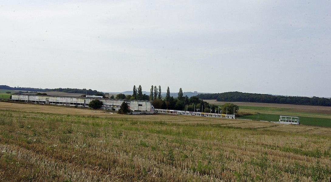 Vue des tribunes du Circuit de Gueux.