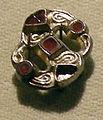 Cividale, man, fibula a S in argento dorato, da necropoli cella 11 con granati almandini.jpg
