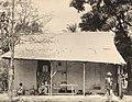 Collectie Nationaal Museum van Wereldculturen TM-60062124 Winkel en woning in de arbeidersbuurt van Port of Spain Trinidad en Tobago fotograaf niet bekend.jpg