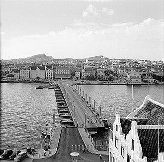 Queen Emma Bridge - Image: De Emmabrug in Willemstad, Curaçao, met zicht op Otrobanda, Bestanddeelnr 252 3109
