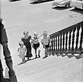 De kinderen van gouverneur Struycken, v.l.n.r. Pia, Thomas en Huib, op weg naar…, Bestanddeelnr 252-2822.jpg