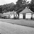 De ziekenboeg voor paarden (links) en de hoefsmederij (rechts), ten westen van stalgebouwen - Apeldoorn - 20023591 - RCE.jpg