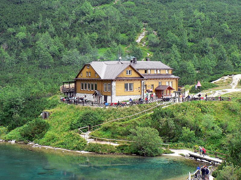 800px-Dolina_Kiezmarska%2C_schronisko_i_Zielony_Staw.jpg