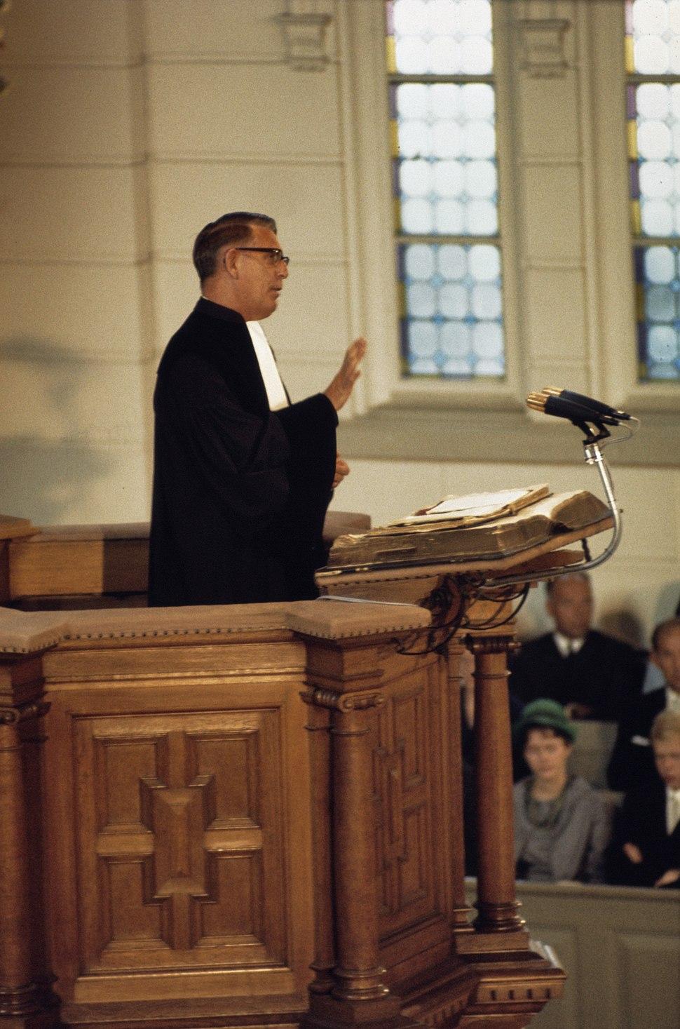 Doop van Prins Maurits in de Grote Kerk te Apeldoorn ds.dr. H. Berkhoff tijdens, Bestanddeelnr 254-8166