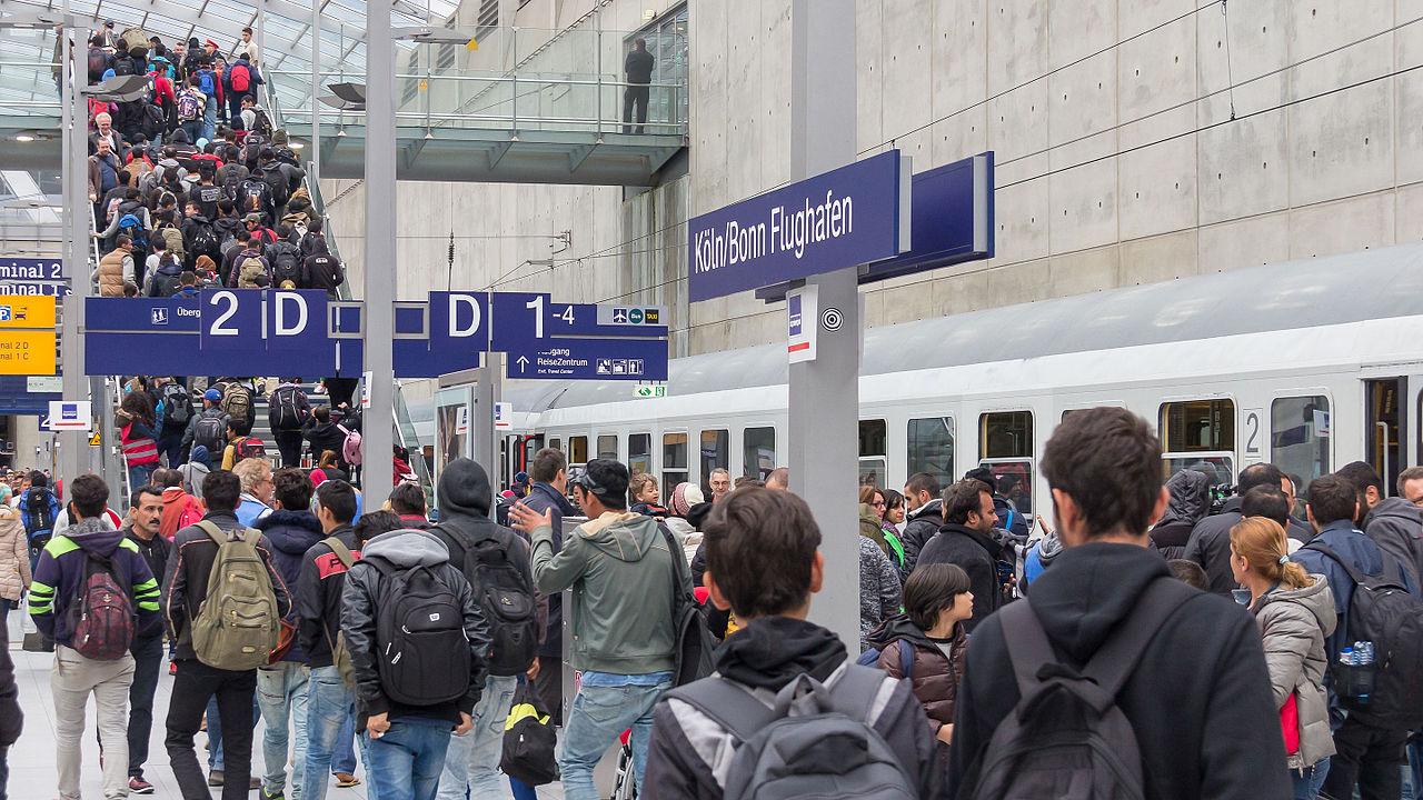 Drehscheibe Köln-Bonn Airport - Ankunft Flüchtlinge 5. Oktober 2015-0273.jpg