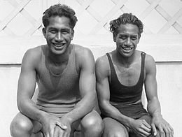 Duke Kahanamoku sitting with brother Sam Kahanamoku.jpg