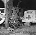 Een wachter bij ziekentransport slaapt, Bestanddeelnr 900-3409.jpg