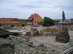 Középkori katedrális romjai a várban