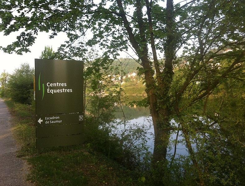 Panneau de l'escadron de Saumur au parc de Miribel-Jonage, à Neyron, en bordure du canal de Miribel.