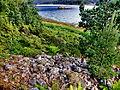 Fjellskålneset - nedre gravrøys sett innover mot Lonevågen.jpg