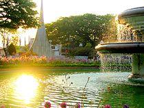 Fonte luminosa na Praça Barão de Araras com o Monumento ao Centenário ao fundo.JPG