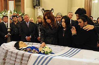 Mercedes Sosa - Mercedes Sosa lying in repose, with her family and President Cristina Fernández de Kirchner viewing