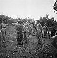 Generaal Spoor spreekt met een KNIL militair Rechts staat een KNIL kapitein, Bestanddeelnr 8067.jpg
