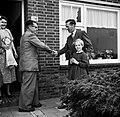 Gerard de Jong bij de voordeur van zijn woning, schudt de hand van Ynse Postma. , Bestanddeelnr 254-3329.jpg