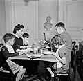 Gezin aan tafel tijdens de maaltijd, Bestanddeelnr 252-9352.jpg
