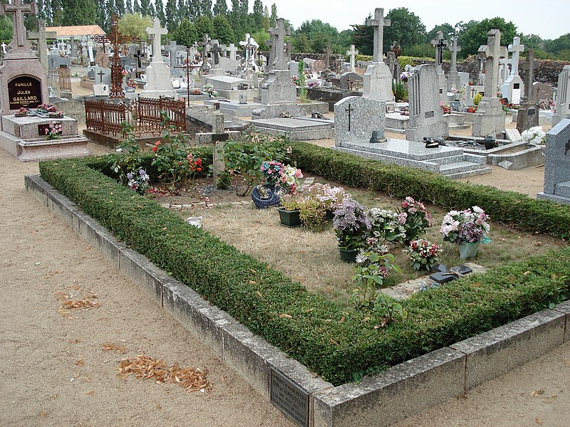 Das Grab von Louis de Funès in Le Cellier (Zustand vor 2015)