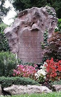Grave of Hanna Reitsch (Salzburger Kommunalfriedhof) 03.jpg