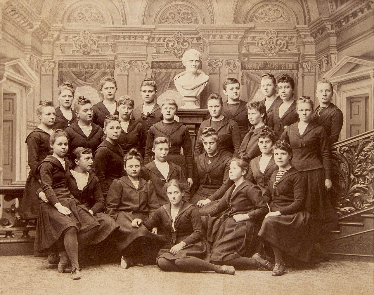 Gruppfoto kvinnliga elever vid Gymnastiska Centralinstitutet Stockholm 1889-1891 gih0123.jpg
